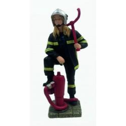 Femme pompier bouche incendie