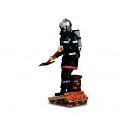 Pompier avec hâche sur le toit