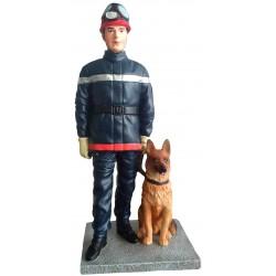 Sapeur pompier avec chien